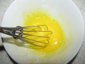 взбиваем яйцо в миске