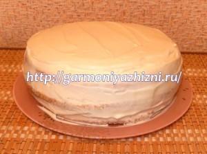 смазать торт белым кремом10