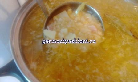 gorohovyiy-sup-s-kopchyonostyami-retsept-s-foto11