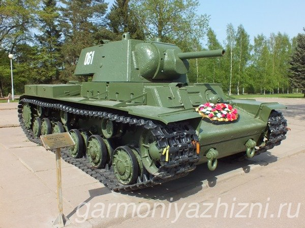 танк на площади