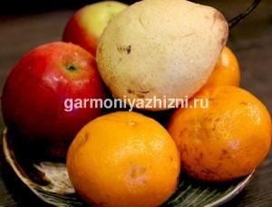 фрукты в тарелке на завтрак