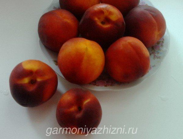 персики на тарелке