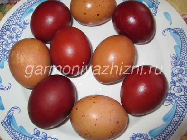 окрашиваем яйца луковой шелухой